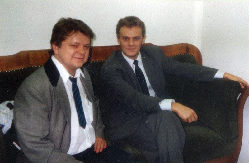 Posłowie Donald Tusk i Leszek Bubel podczas kuluarowego spotkania w Sejmie w lecie 1992 r.