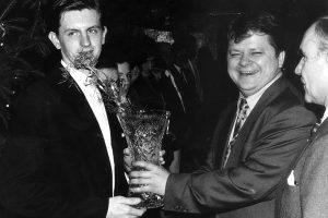 Leszek Bubel wręcza puchar kolarzowi Dariuszowi Baranowskiemu